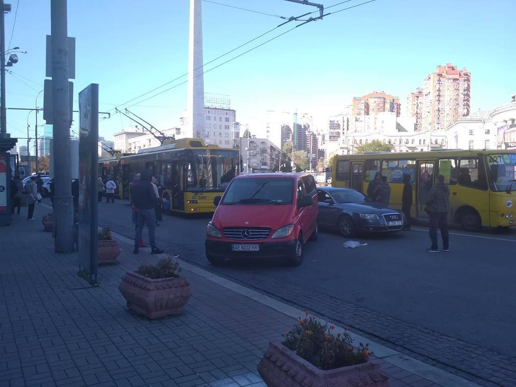 """У центрі Києва """"герої паркування"""" влаштували транспортний колапс, фото"""