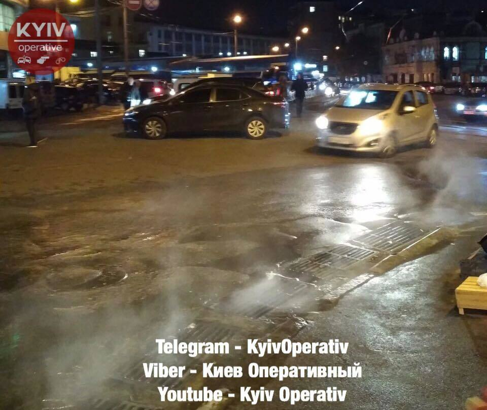 Успели насладиться горячей водой? Появились фото коммунального ЧП в Киеве