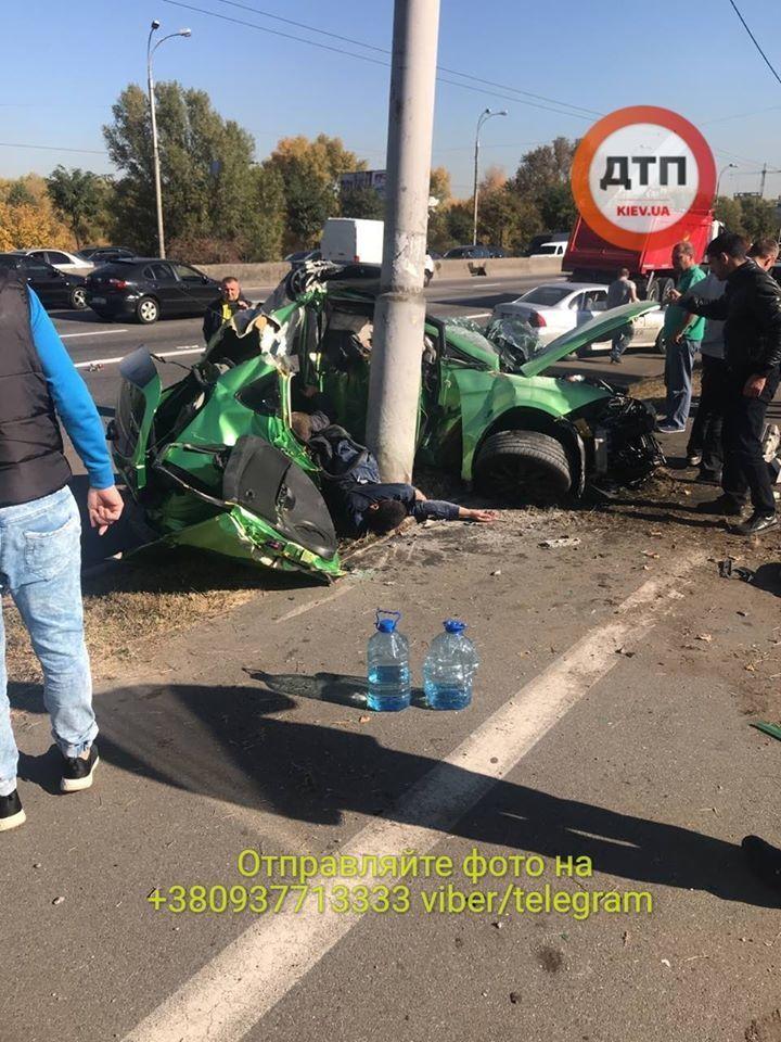 Разбились пять человек: фото и видео серьезного ДТП на Шухевича в Киеве