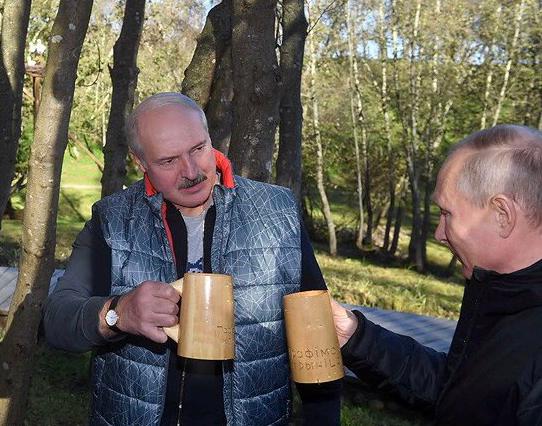 Путин и Лукашенко чокнулись в белорусском лесу: в сети смеются над фото и видео