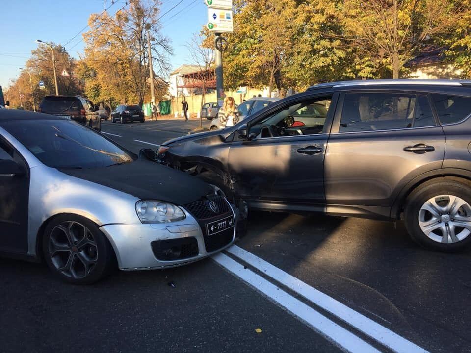 Без прав, але з хамством і нападками: як іноземний дипломат влаштував ДТП в Києві