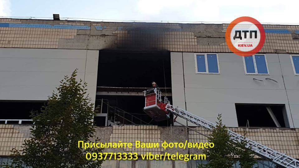 Дим видно з іншого кінця міста: відео пожежі на Жилянській в Києві