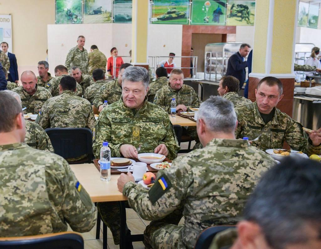 Показуха? Фото Порошенко в столовой ВСУ разгневали сеть