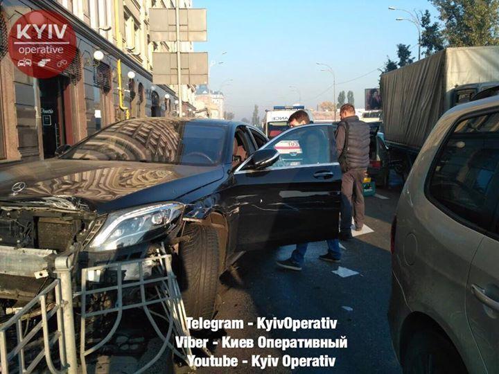 Покорежило семь авто: фото и видео последствий эпилептического ДТП на Подоле