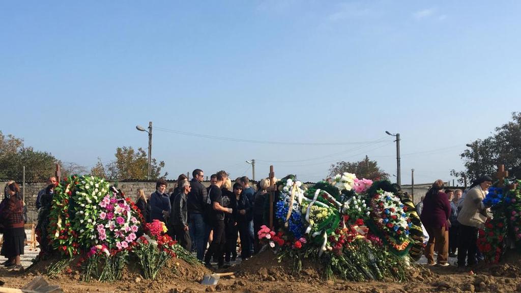 Рыдания, гвоздики и обмороки: как в Керчи похоронили жертв стрельбы
