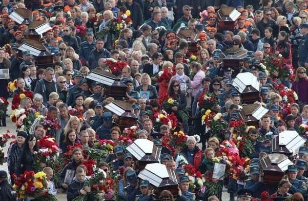Ридання, гвоздики та непритомності: як в Керчі поховали жертв стрілянини