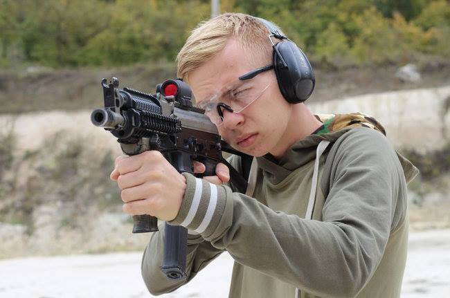 """Влад Росляков тренировался стрелять в """"Артеке""""? Все версии, фото и реакция сети"""