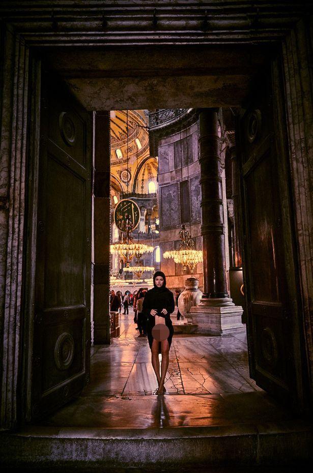 Мариса Папен сфотографировалась голой в турецкой мечети. Она так рискует уже не впервые