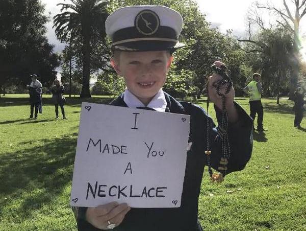 Меган Маркл отримала від Гевіна Хазелвуда намисто з макаронів. І озолотила цю дитину
