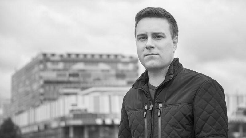 Никита Развозжаев покончил с собой, оставив записку. В 2017 его ударил в эфире НТВ десантник. Видео