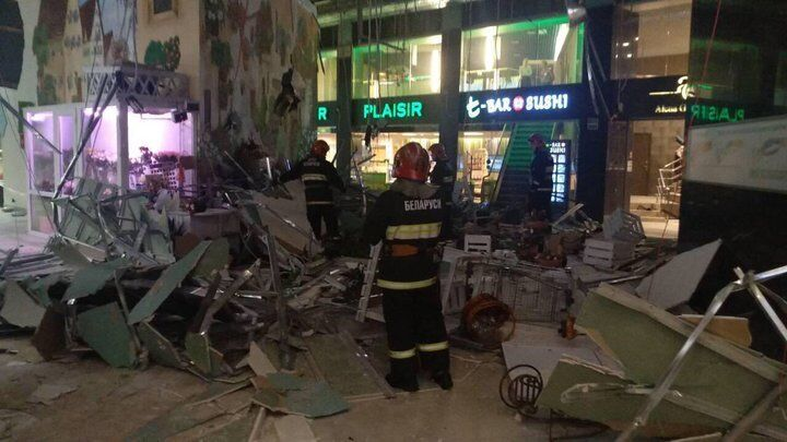 Уламками завалило дівчат: фото і відео з місця НП в торговому центрі Мінська