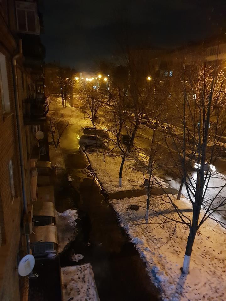 Прорыв трубы на Ивана Кудри: фото кипящего ручья