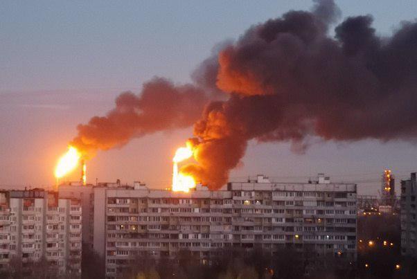 """В Москве пожар охватил НПЗ: ужасная вонь, """"ядерный гриб"""""""