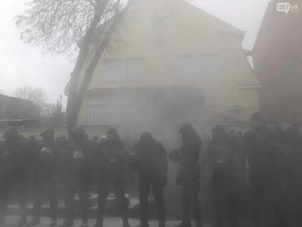В Украине жгут машины и флаги России. Фото, видео с места
