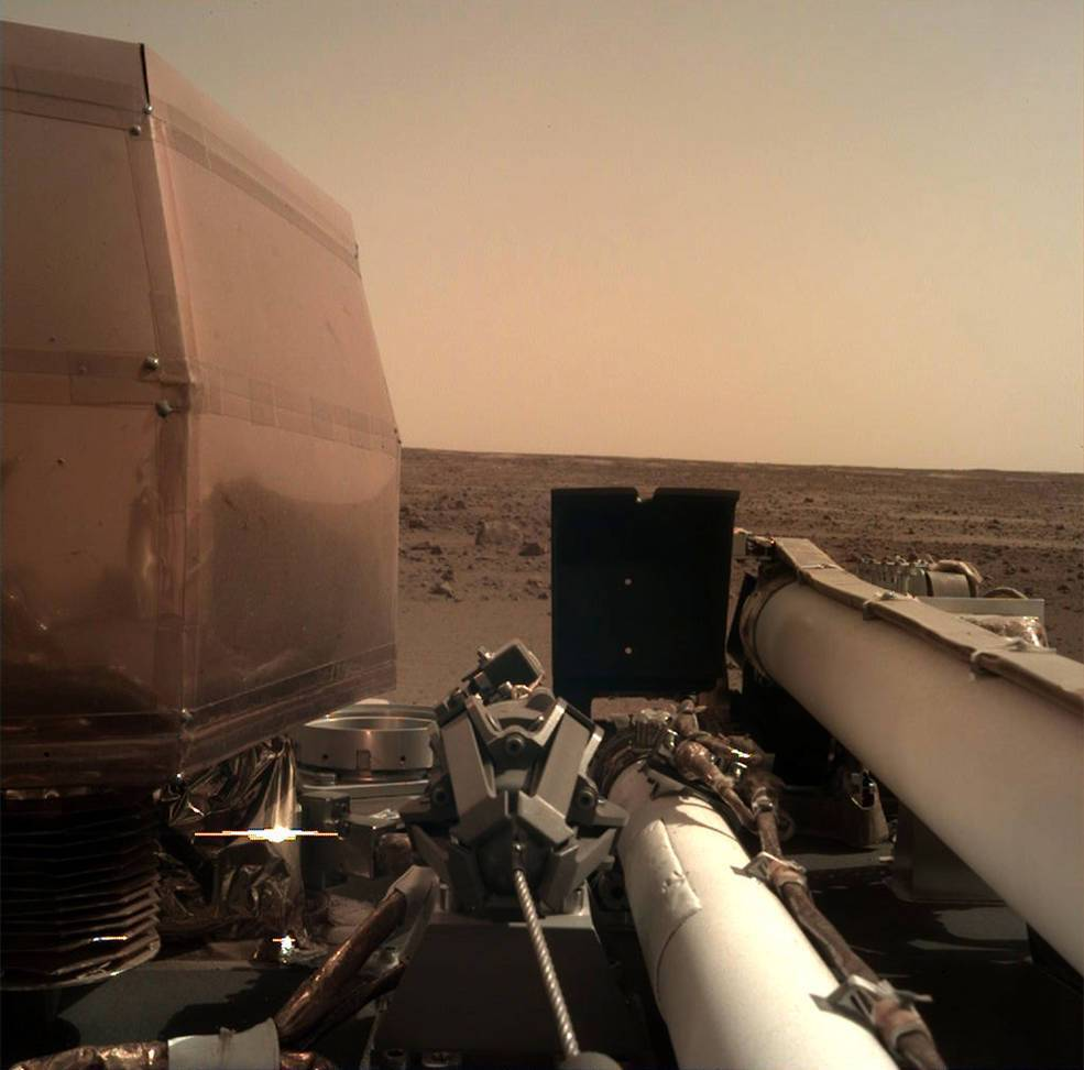 """""""Инсайт"""" на Марсе сделал первое селфи: что это за аппарат и что не так с фото"""