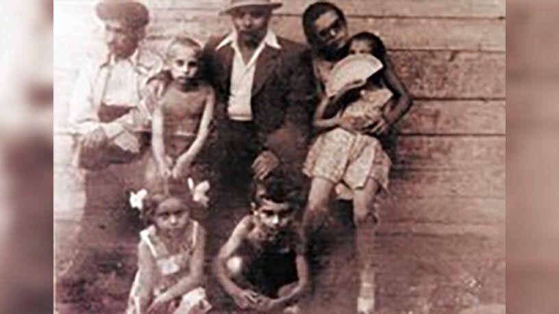 Владимир Путин второй слева, с отцом и дедом, и Игорь Путин снизу