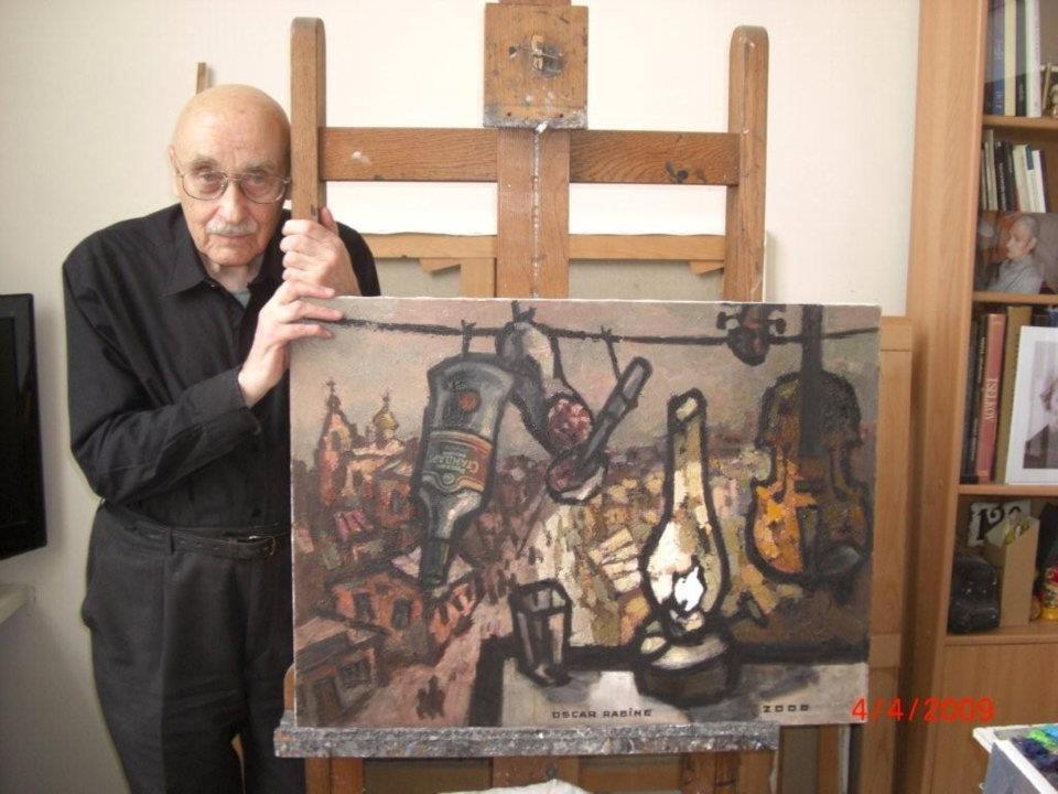 Оскар Рабин с одной из своих работ