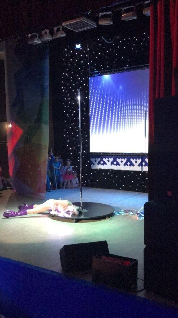 У Росії дівчина влаштувала танець 18+ перед дітьми і трапився скандал