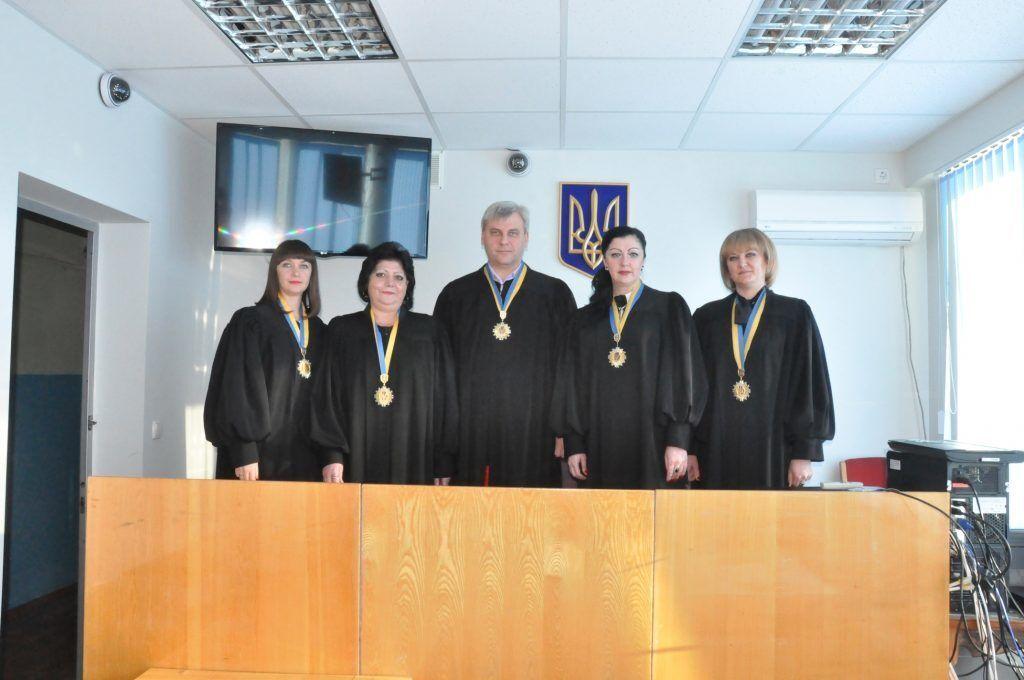 Українська суддя показала дулю: фото наробило багато галасу