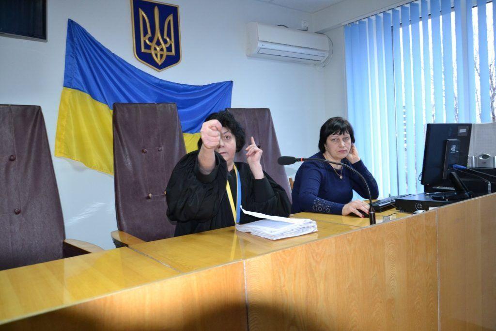 Украинская судья показала дулю: фото наделало много шуму