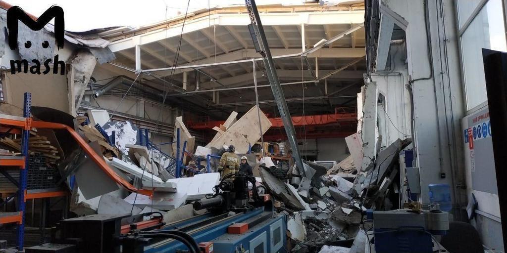Трое погибли при обрушении завода в Дзержинском: причины и видео момента обвала