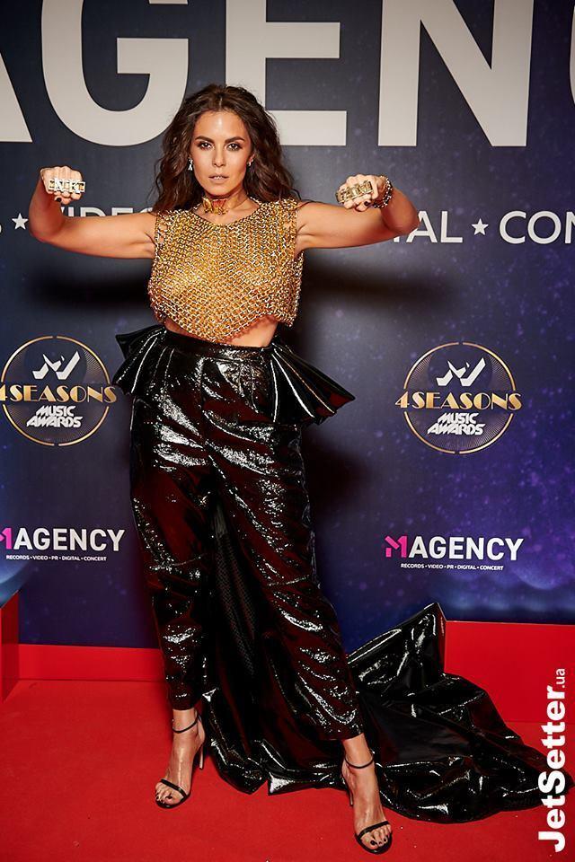 Тіна Кароль шокувала ночнушкою з грудьми нарозхрист на M1 Music Awards 2018
