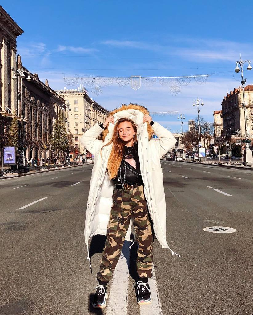 Катя Адушкіна заспівала про НГ: хто вона і чому популярна