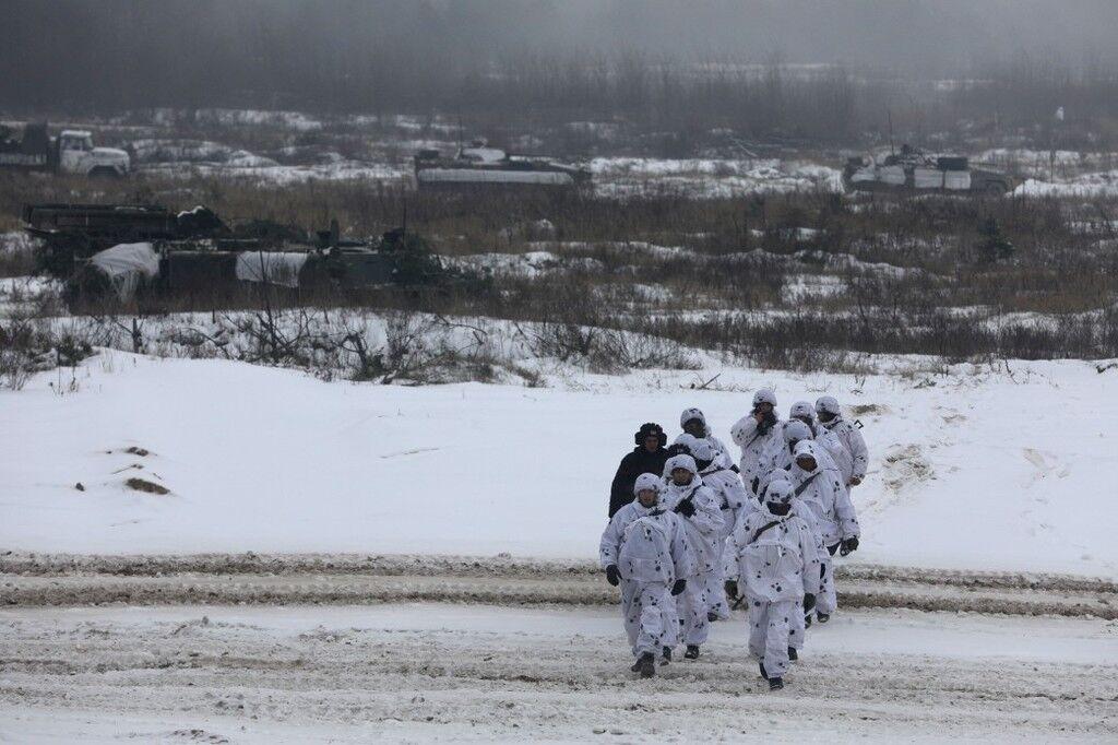 На місця можливого удару: Порошенко сказав, куди перекидає війська