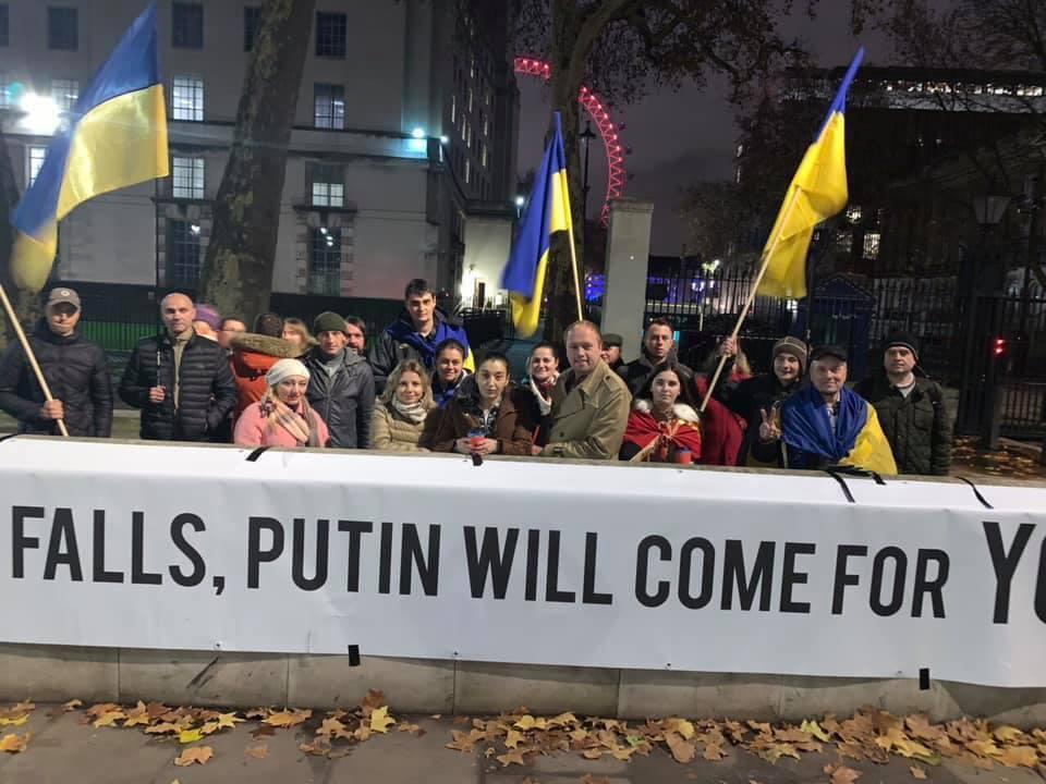 Українська діаспора протестує під кабінетом британського прем'єра