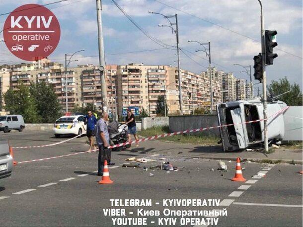 У Києві авто вилетіло на тротуар: моторошні фото і відео