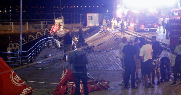 В Іспанії під час концерту сотні людей провалилися під сцену в море: фото і відео