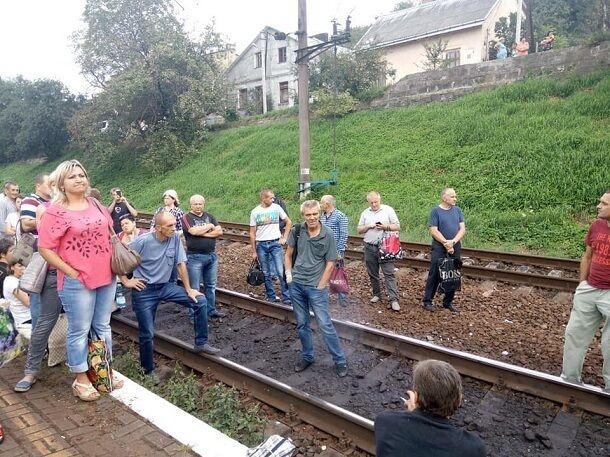 Налаштовані войовничо: обурені пасажири перекрили залізницю у Львові