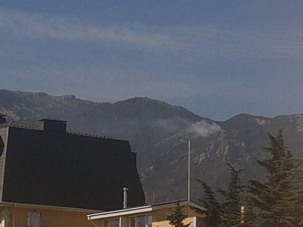 Пожар так и не потушили: в сети возмутились фото и видео новых очагов возгорания в лесу возле Ялты