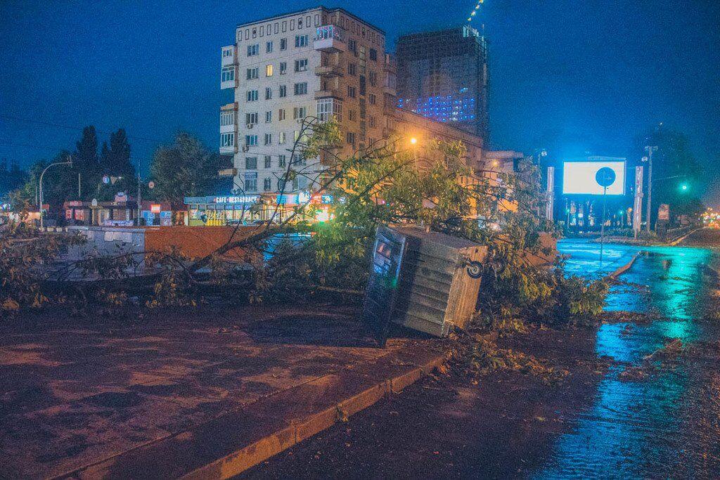 Нічний апокаліпсис: з'явилися нові фото і відео урагану в Києві