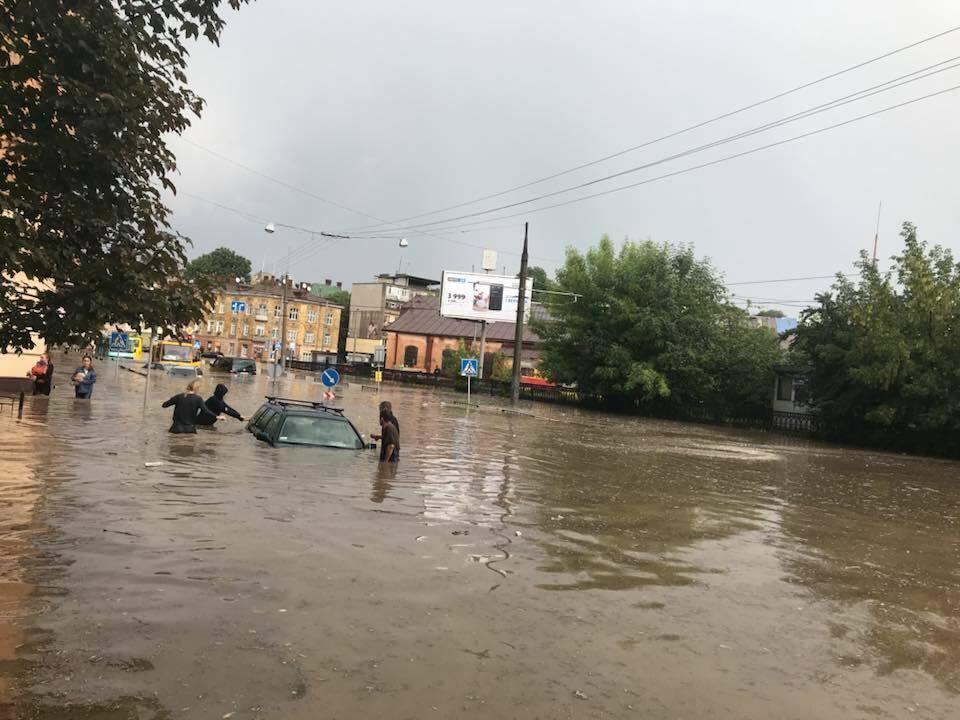 """Исчезло солнце: на Львов обрушился мощный ливень, город """"тонет"""", фото и видео"""