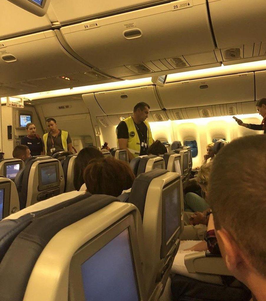 Скандальный российский актер напился в оккупированном Крыму и устроил дебош в самолете: фото