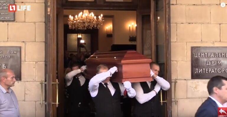 Труну з тілом Успенського провели на кладовище оплесками: фото, відео