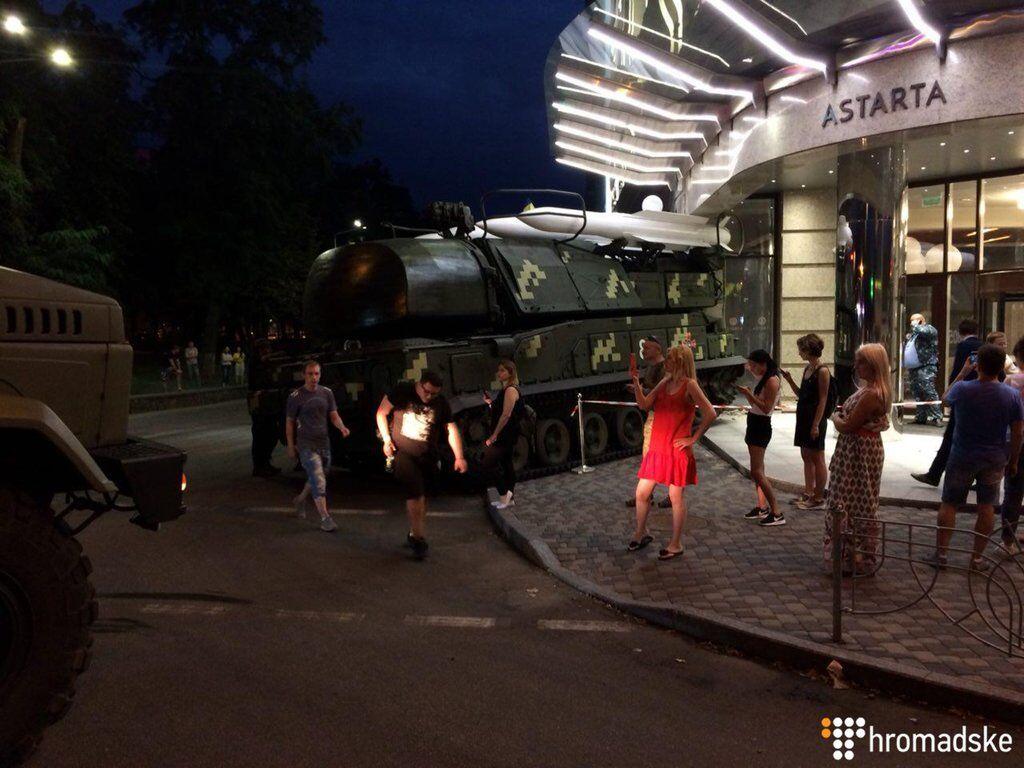 Чудом не пострадали люди: сеть взволновали фото и видео опасного ЧП на репетиции парада в Киеве