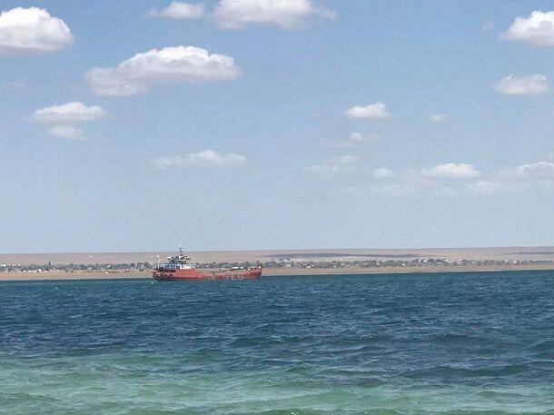 Российский флаг все поясняет: в сети показали, как оккупанты уничтожают озеро в Крыму