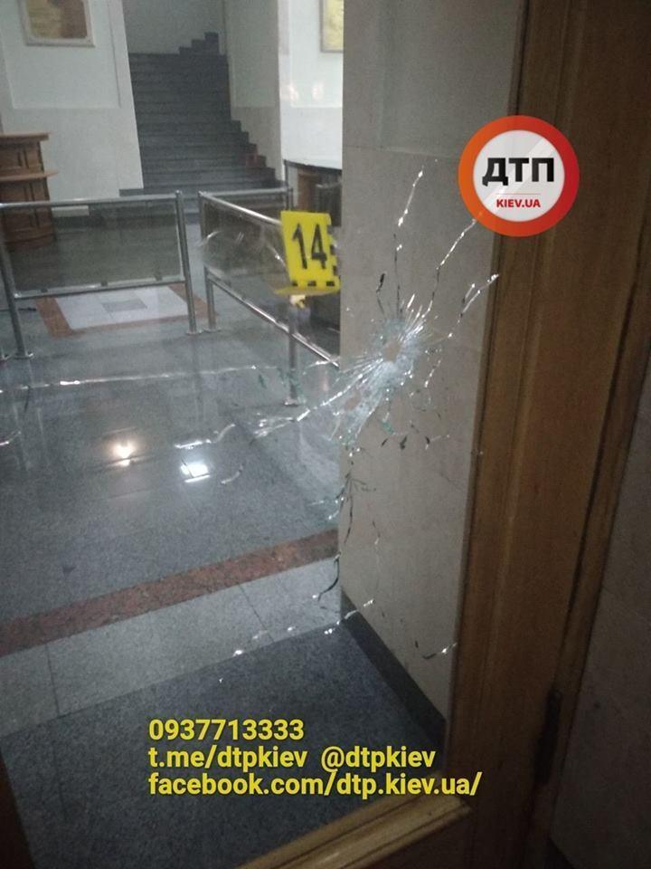 Напад на міськраду Харкова: перші фото з місця вбивства поліцейського