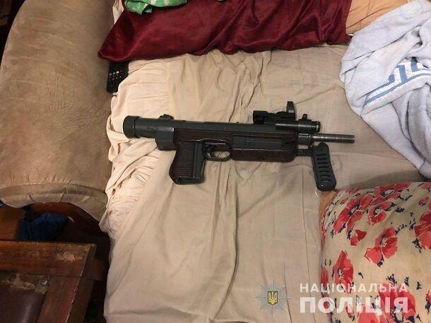 Автомат, пістолети і сотні патронів: з'явилися фото арсеналу зброї харківського стрілка