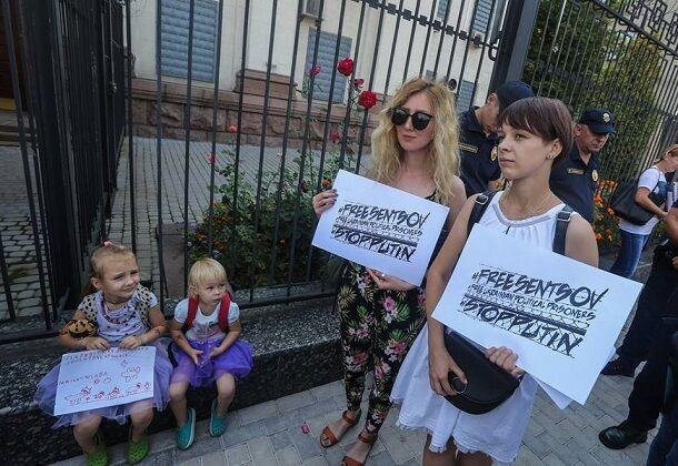 У Києві провели видовищну акцію біля посольства Росії: фото