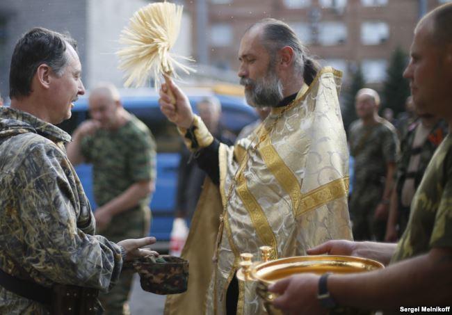 Священник УПЦ МП на Донбассе благословляет главаря боевиков Игоря Стрелкова-Гиркина
