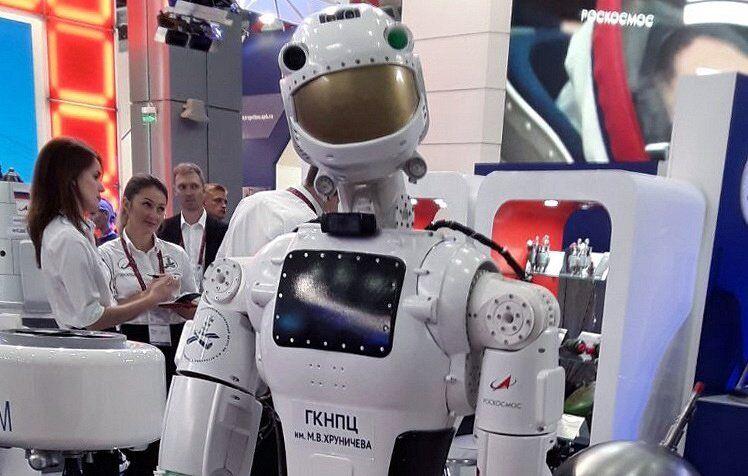 """Путинский чиновник """"обидел"""" робота: в сети смеются"""