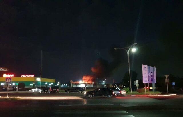 """На Закарпатті згоріли склади """"Нової пошти"""": опубліковано моторошні фото і відео"""