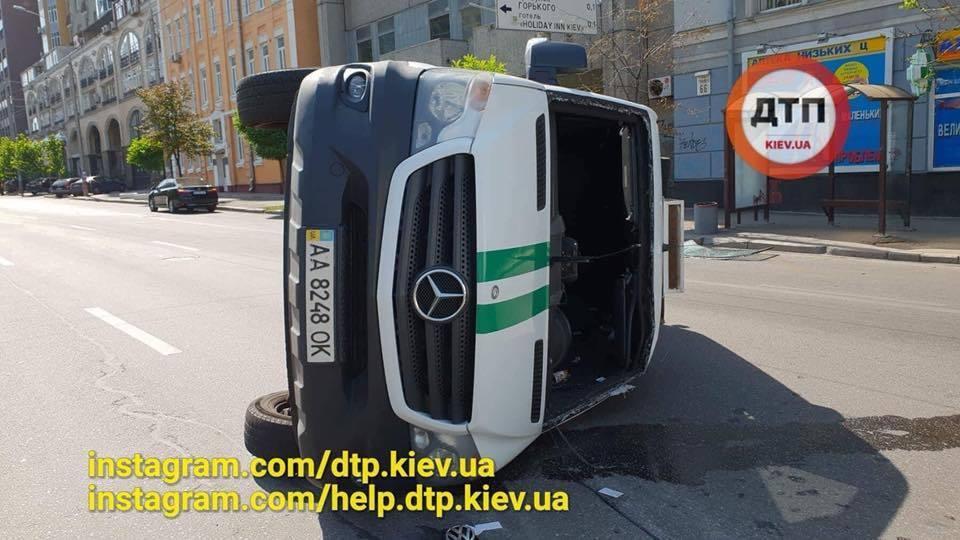 В центре Киева инкассаторская машина попала в ДТП с переворотом: опубликованы фото и видео