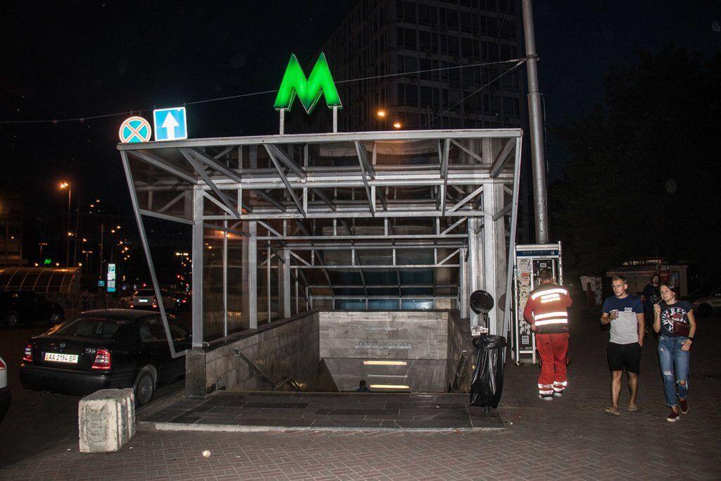 У метро Києва дівчина кинулася під поїзд: фото з місця НП