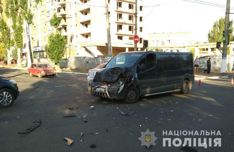 На Донбасі автобус потрапив у страшну ДТП з переворотом, є постраждалі: фото
