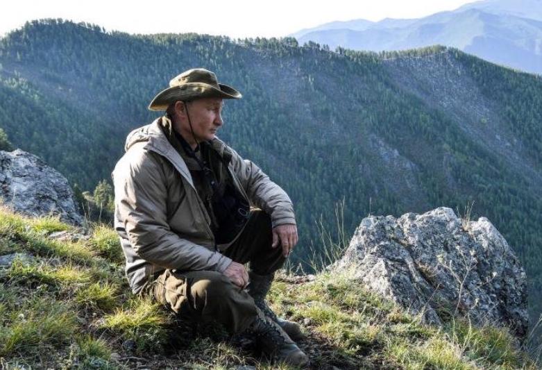 Путін пішов в ліс і рвав там кущі: в мережі сміються над фото