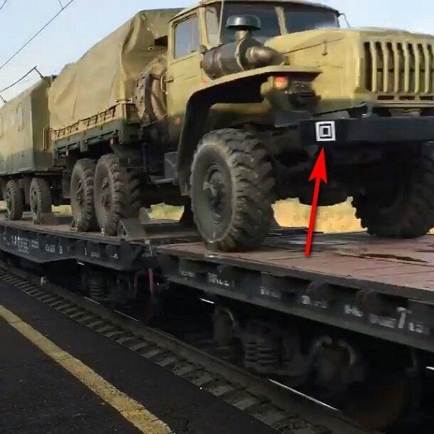 В Украину? Появились фото и видео масштабной переброски путинских танков и военных машин